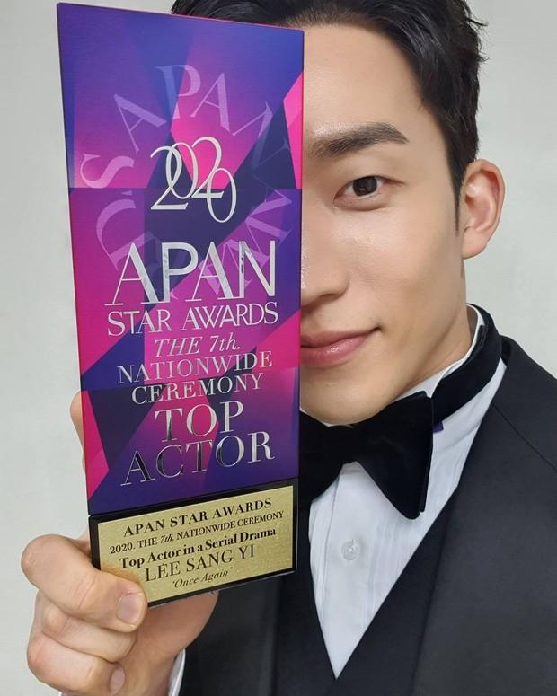 Lee Sang Yi berhasil meraih penghargaan di APAN Star Awards 2020