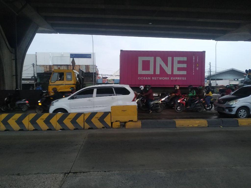 Pembatas Beton Dicat Ulang, Tak Ada Lagi Kecelakaan di Jl Raya Cilincing
