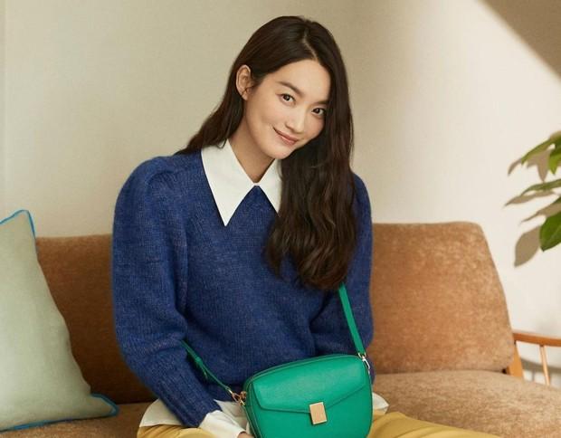 Tak hanya dikenal dengan kemampuan aktingnya, kekasih dari Kim Woo Bin ini juga dicintai karena kecantikannya.
