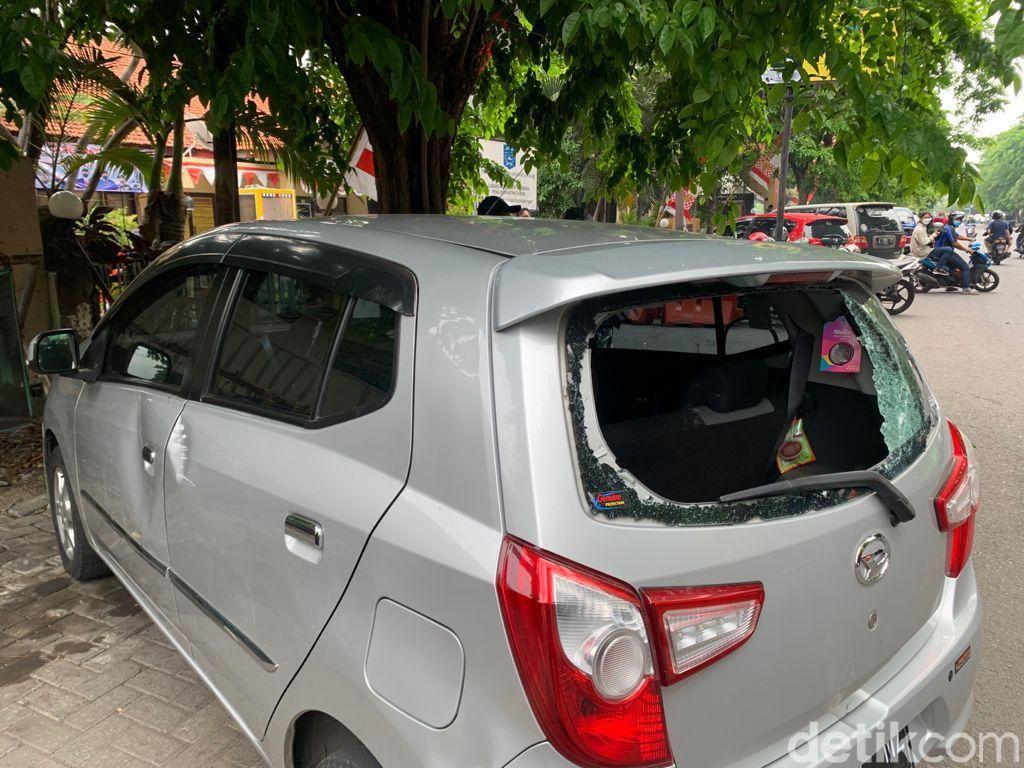 Diduga Tabrak Lari, Sebuah Mobil Jadi Bulan-bulanan Massa di Surabaya