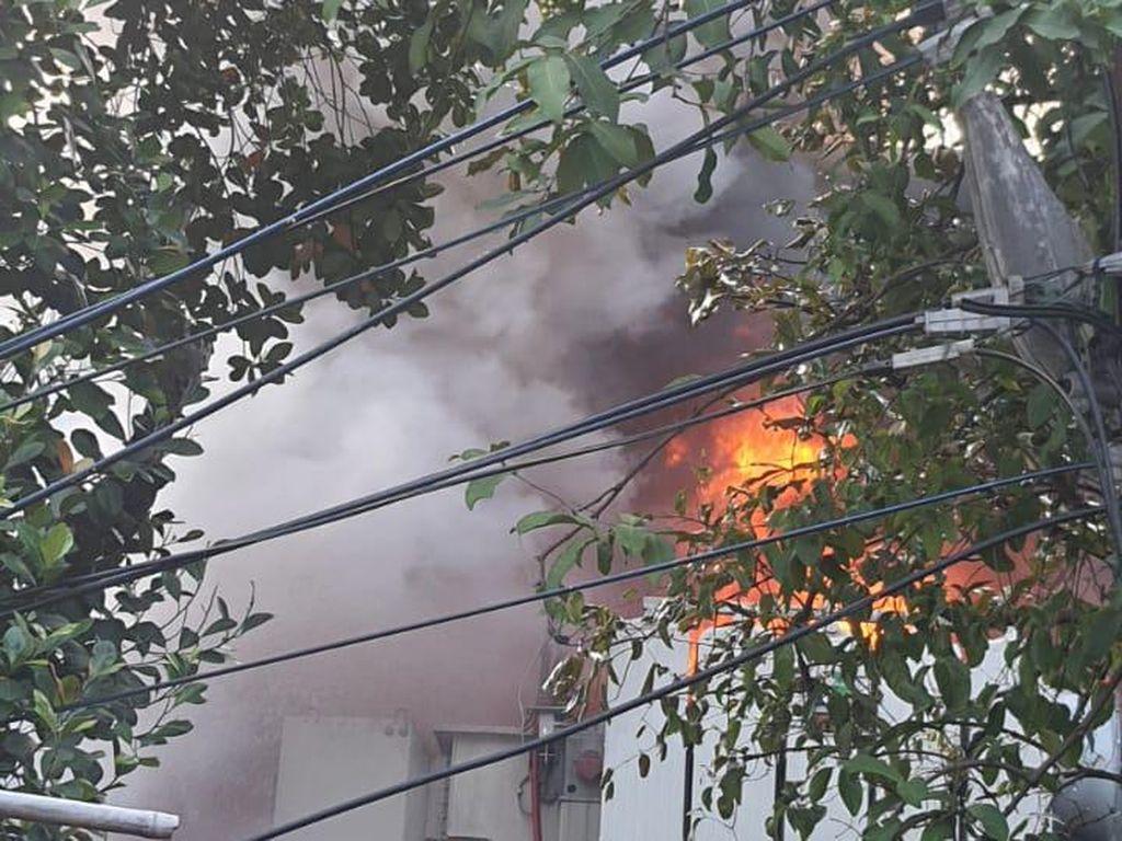 Cerita Warga Dengar Ledakan Sebelum Gardu PLN Kebon Jeruk Terbakar