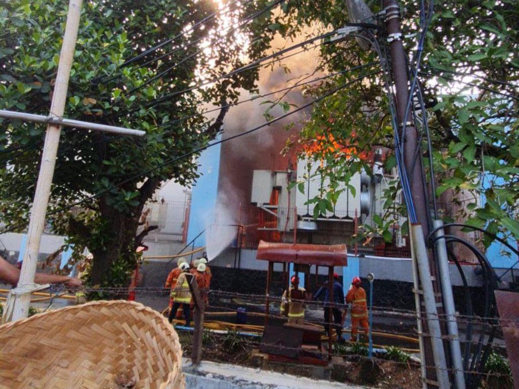 Penampakan Gardu PLN di Kebon Jeruk Terbakar