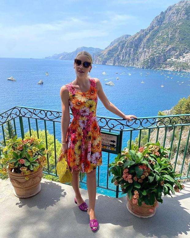 Kitty Spencer dengan Dress Gerbera-daisy Print
