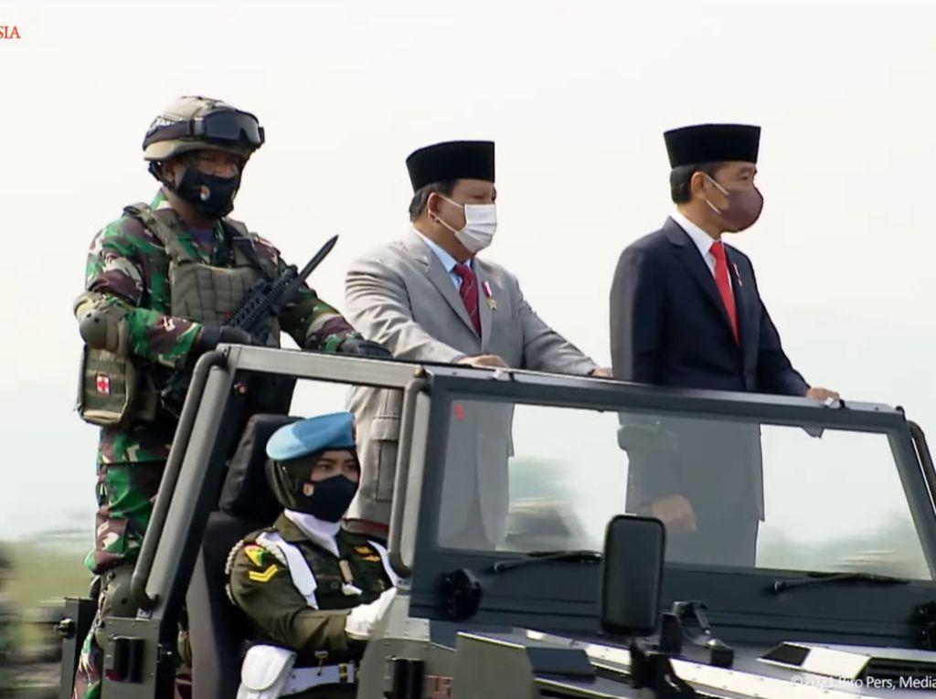 Naik Jip, Jokowi-Prabowo Cek Kesiapan Pasukan Komcad