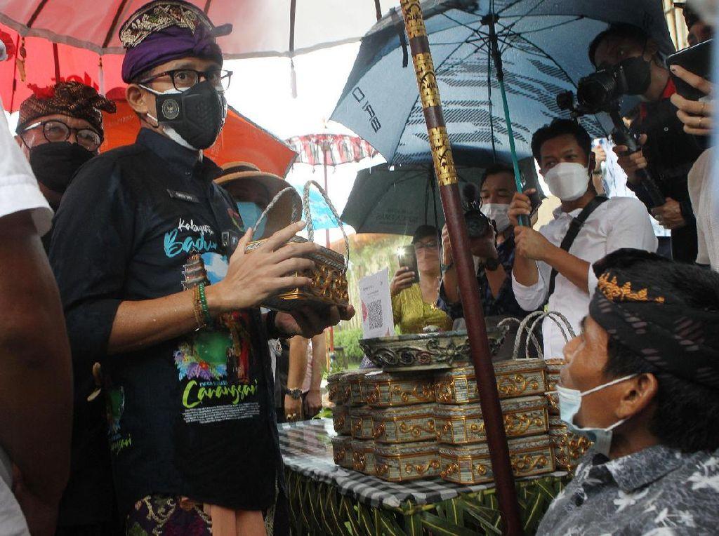 Beli 100 Bokor, Sandiaga Dukung Penyandang Disabilitas di Bali