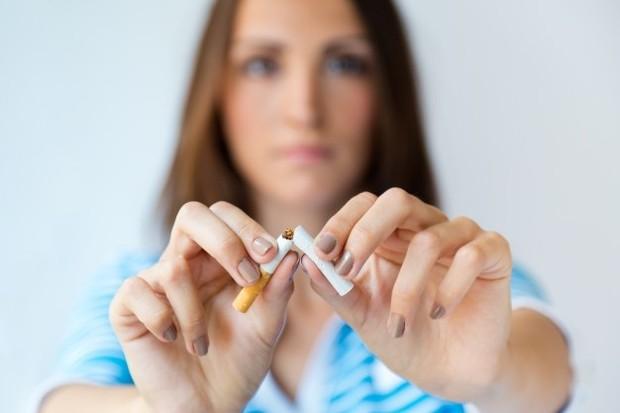 Menghindari merokok agar kesehatan ginjal terjaga.