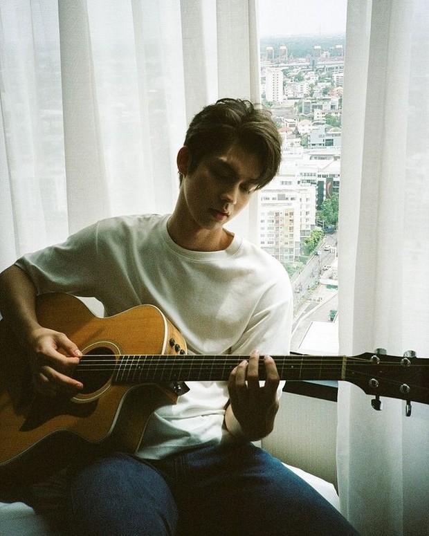 Senang bermain gitar