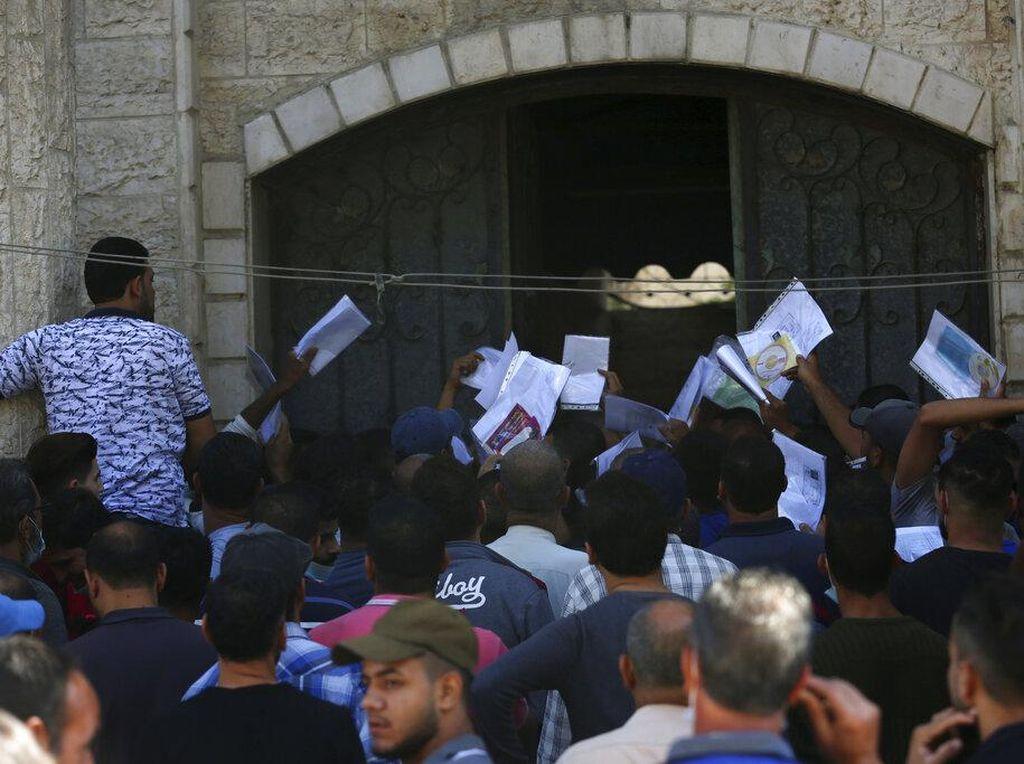Warga Palestina Ramai-ramai Berebut Izin Kerja di Israel