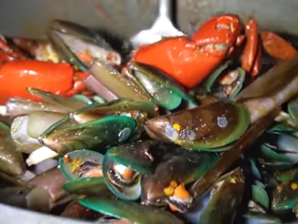 5 Seafood Gerobakan Ini Viral di YouTube karena Menunya Komplet