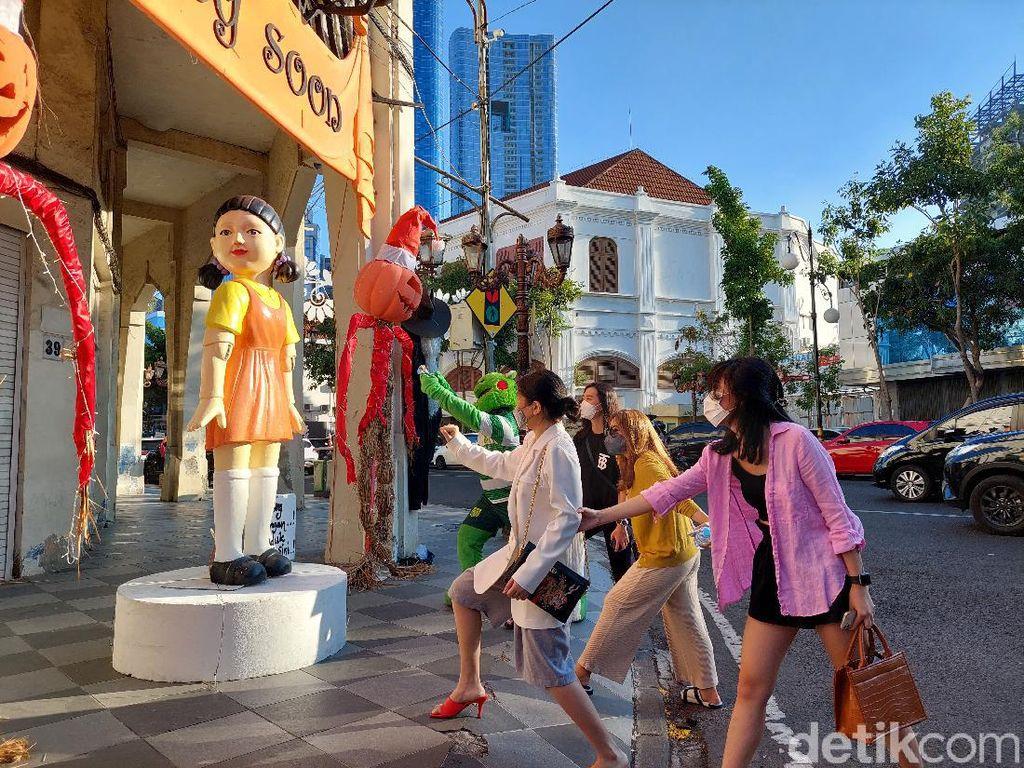 Pose Lampu Merah Lampu Hijau Bareng Boneka Squid Game di Surabaya