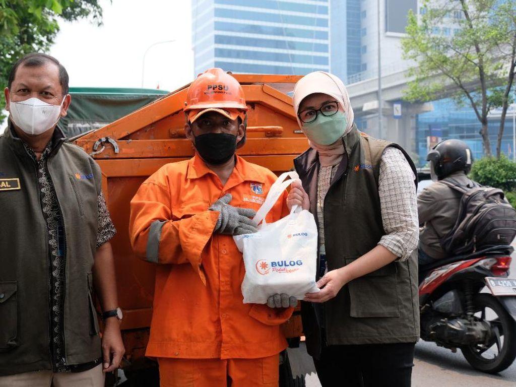 Bulog Bagi-bagi Ratusan Paket Sembako ke Pasukan Oranye di Jakarta