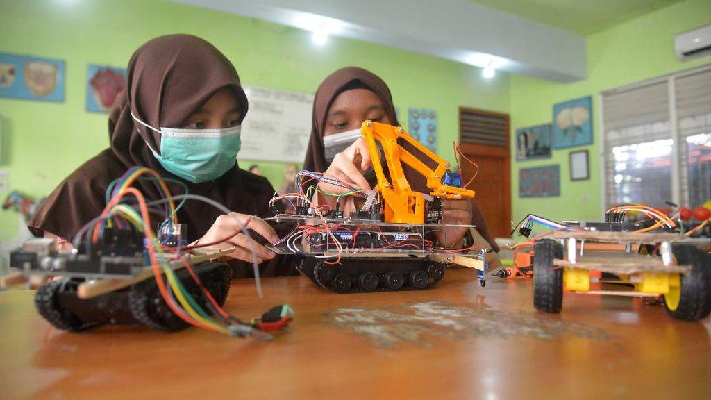 Keren! Siswa MTsN di Aceh Ciptakan Robot Medis COVID-19