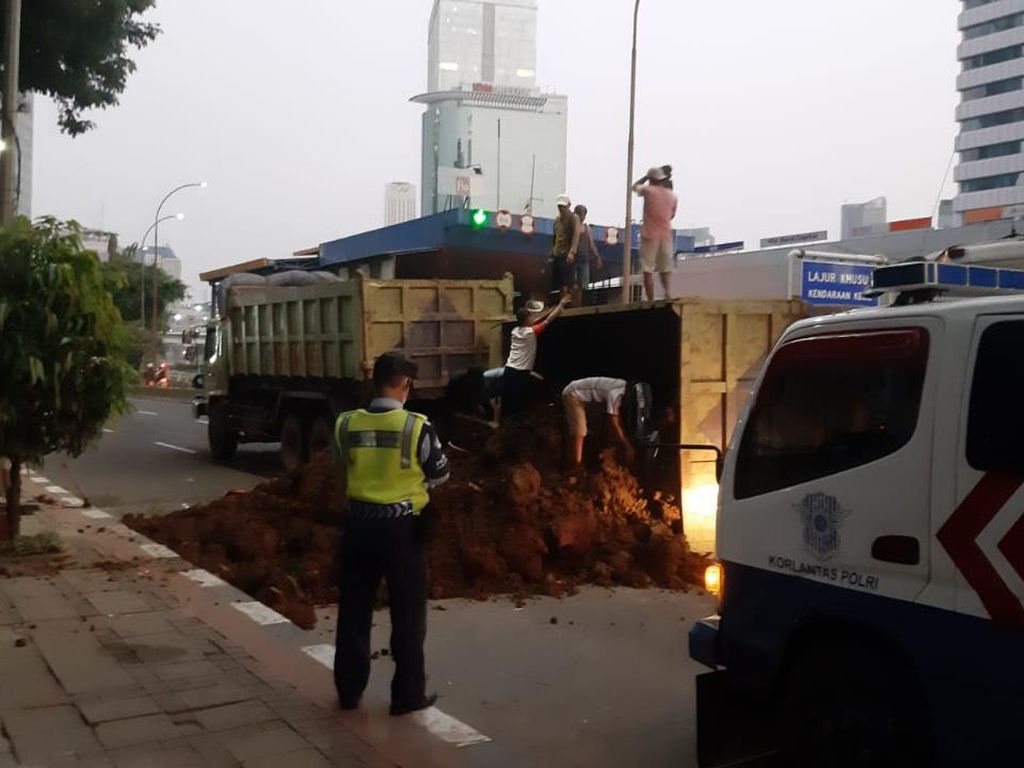 Truk Terguling Dievakuasi, Satu Lajur Jalan Gatsu Jakarta Bisa Dilintasi