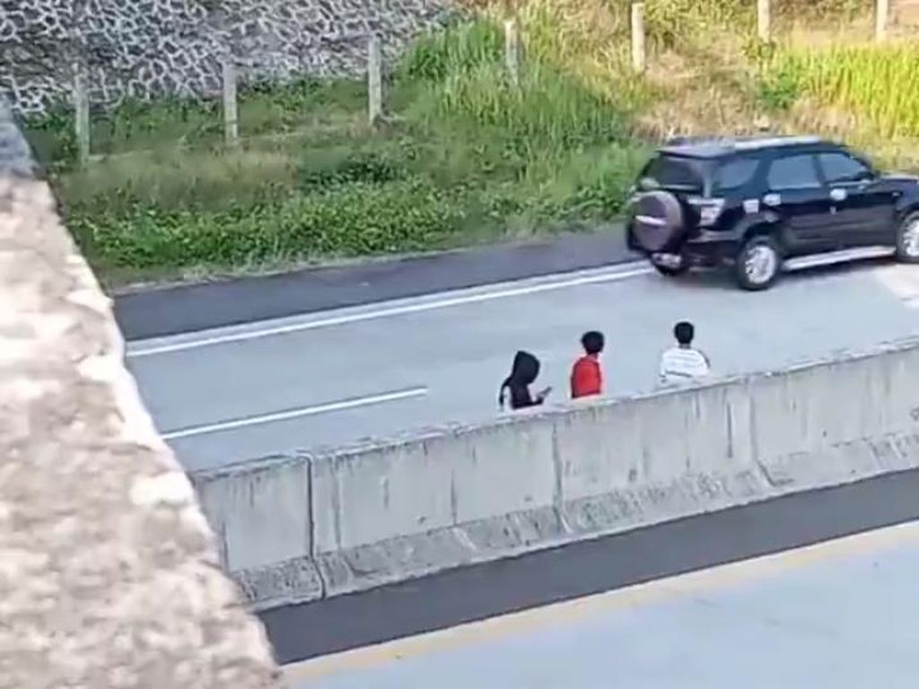 Bahaya! Sekelompok Anak Viral Terobos Pagar-Bermain di Tengah Tol Boyolali