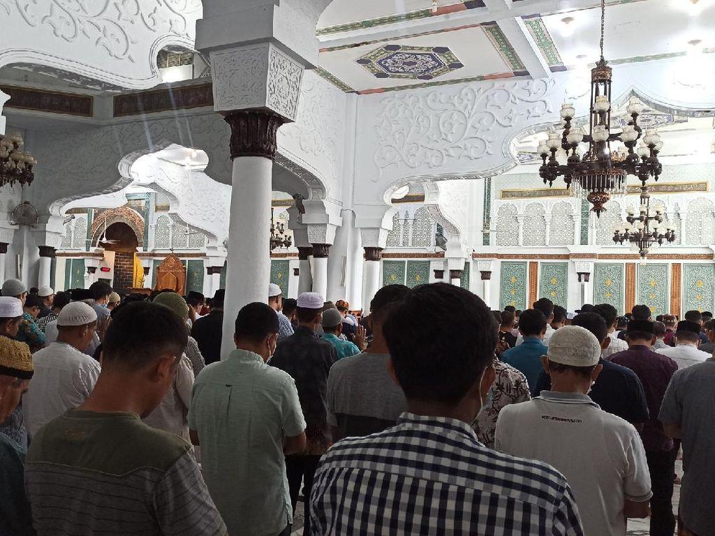 Tak Lagi Jaga Jarak, Begini Suasana Salat Jumat di Masjid Baiturrahman Aceh