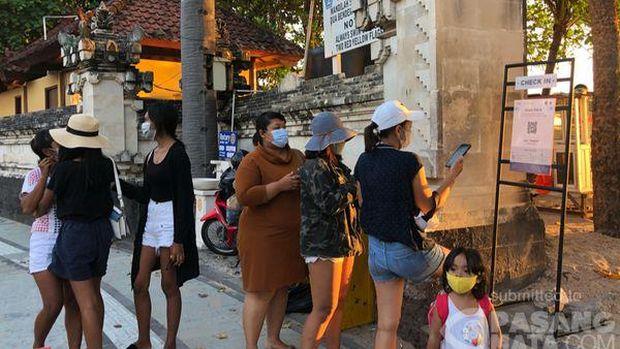 Deskripsi Cegah kerumunan jelang wisata Bali dibuka 14 oktober, beberapa pintu akses pantai kuta ditembok. Pengunjung yang hendak masuk ke pantai kuta mulai melakukan scan aplikasi pedulilindungi.