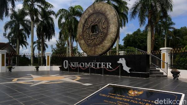Tugu Titik Nol Kilometer yang berada di Pulau Bangka memang sudah tercatat dalam sejarah berada di batas antara Mako Polres Pangkalpinang dengan GPIB Maranatha Pangkalpinang.
