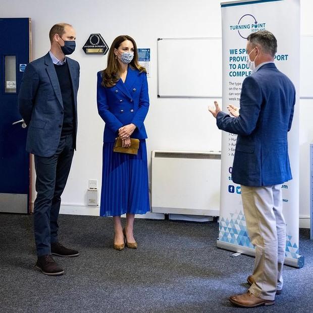 Kate Middleton dengan Setelan Berwarna Biru