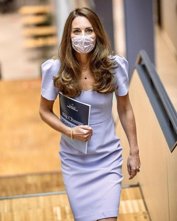 Kate Middleton Mengenakan Midi Dress dan Masker