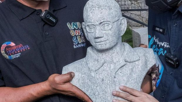 Menteri Pariwisata dan Ekonomi Kreatif (Menparekraf) Sandiaga Uno dibuatkan 2 patung figur dirinya oleh pemahat patung di kawasan Tebing Breksi, Sleman.