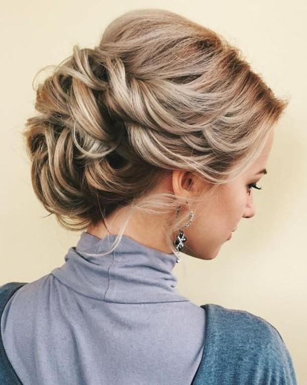 Inspirasi hairstyle tahun 2000an ada twisted updo.