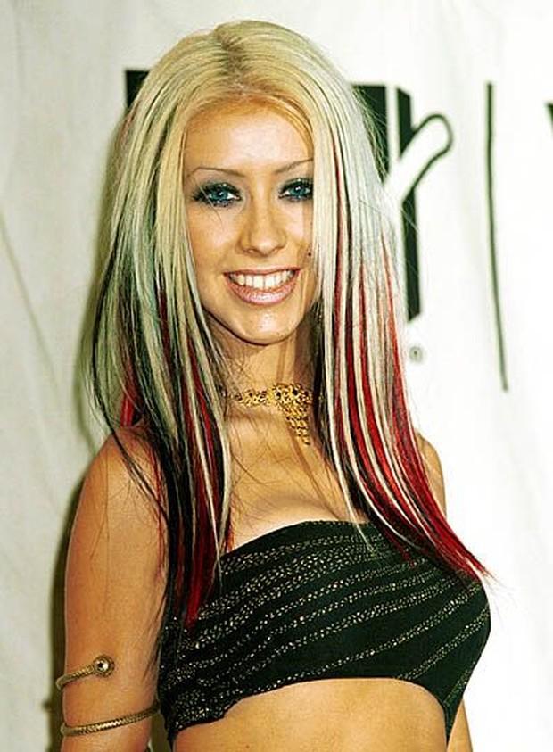 Inspirasi hairstyle tahun 2000an ada bold streaks.