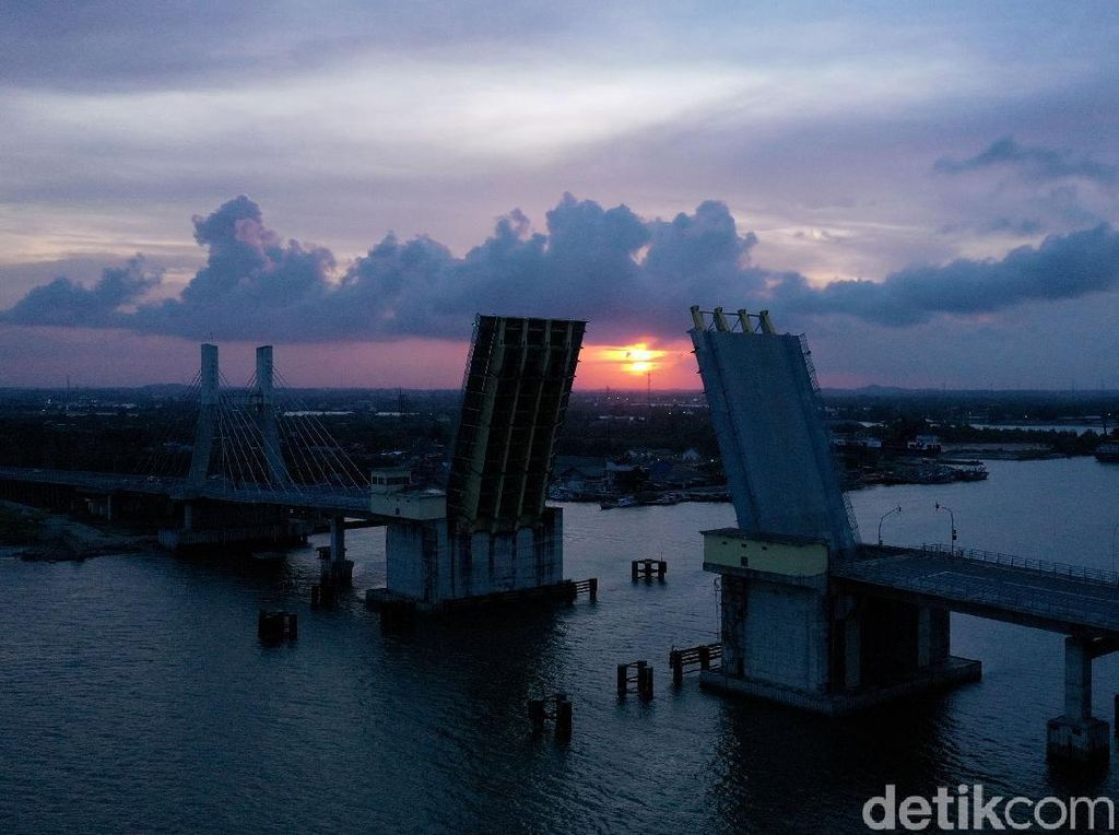 Ragam Cara Menikmati Senja di Jembatan Emas Pangkalpinang