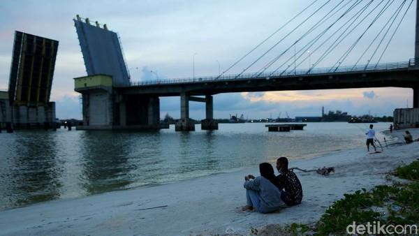 Ada juga yang memanfaatkan untuk berpacaran, seperti di gambar ini.Jembatan sepanjang 785 meter dengan lebar 23 meter ini membentang megah di atas aliran Sungai Pangkal Balam, wilayah Ketapang dan menghubungkan Kabupaten Bangka dengan Kota Pangkalpinang, Ibukota Provinsi Bangka Belitung.