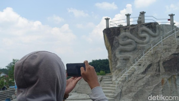 Sebagai informasi, Desa Sambirejo menjadi salah satu dari 50 desa wisata terbaik se-Indonesia. Desa wisata tersebut telah disaring dari jumlah keseluruhan 1831 desa wisata se-Indonesia.