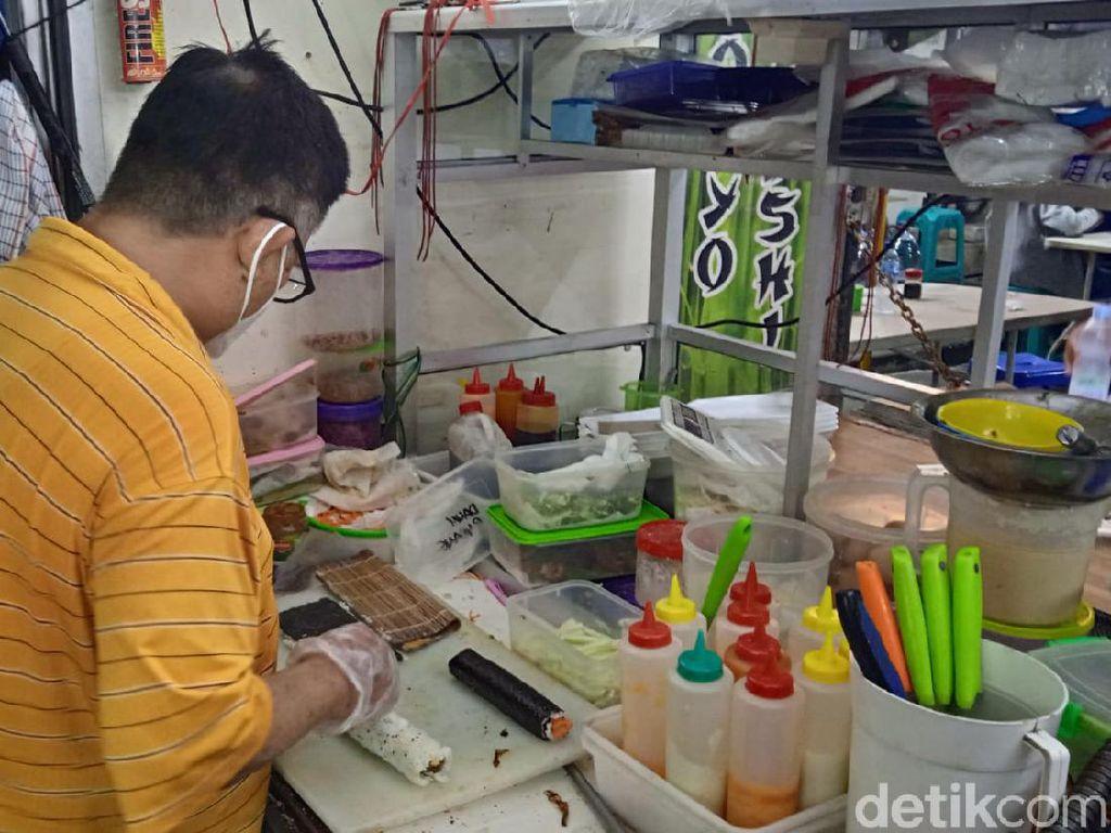 Pernah Kerja di Amerika, Chef Ini Jualan Sushi di Pasar Lama