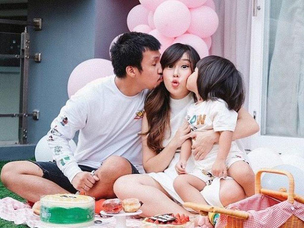 10 Momen Manis Cherly Juno Saat Makan Bersama Keluarga