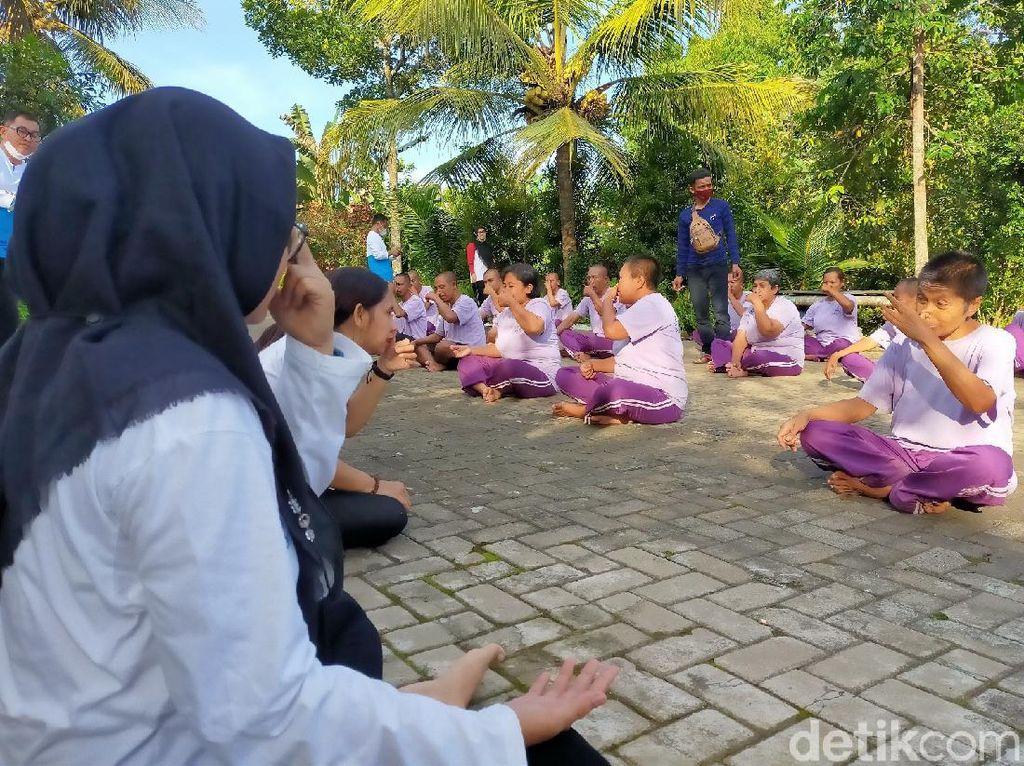 Saat Orang dengan Gangguan Jiwa di Banyuwangi Dilatih Yoga