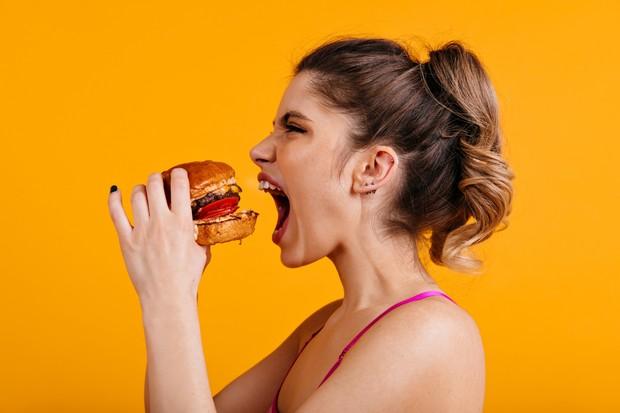 Perut buncit bisa disebabkan makan yang terlalu cepat