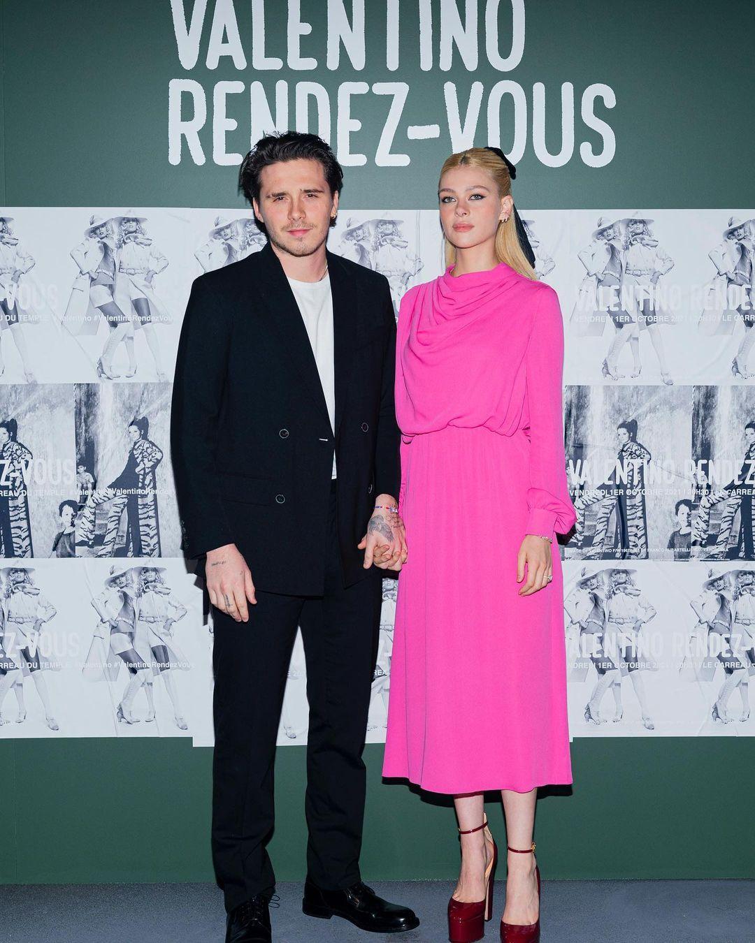 Brooklyn Beckham dan Nicola Peltz di Fashion Show Valentino Spring/Summer 2022