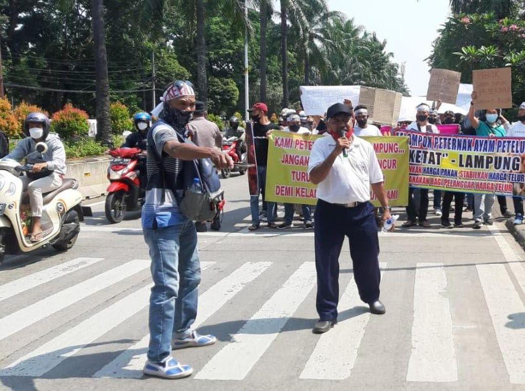 Demo di Kementan, Peternak Ayam Bawa Spanduk Pak Jokowi Tolong Kami