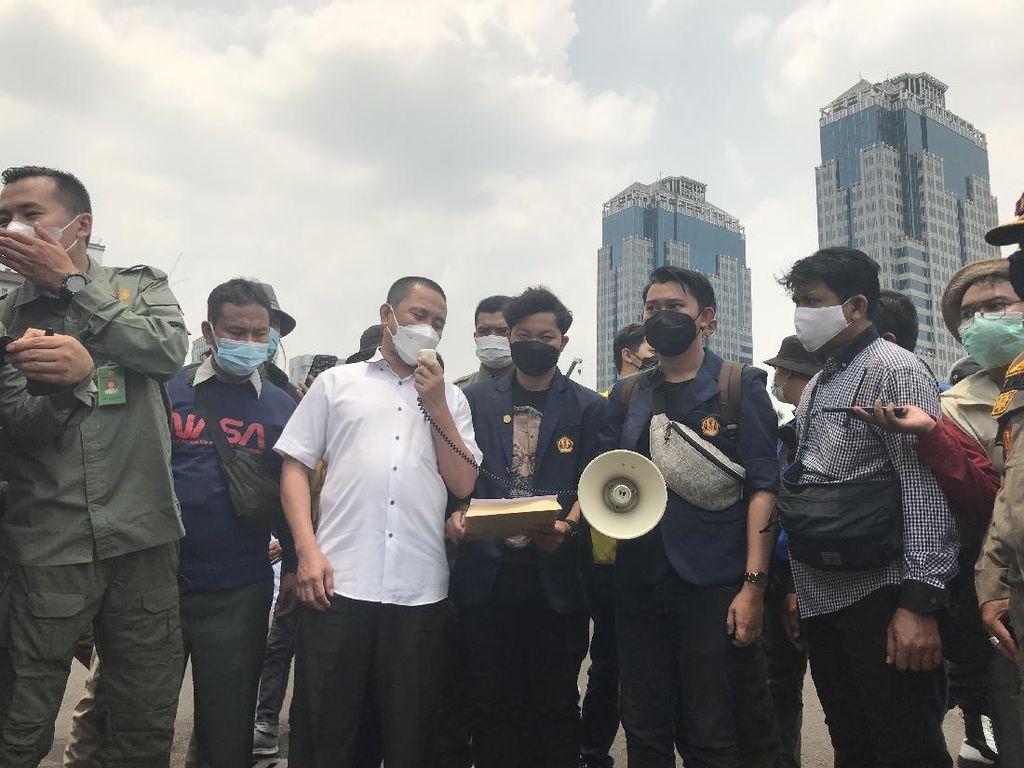 BEM SI Demo di Patung Kuda Protes Harga Telur-Daging Bikin Rugi Peternak