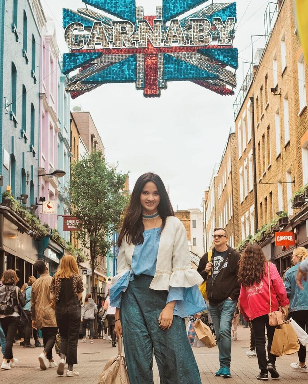 Gaya traveling Sabrina Anggraini