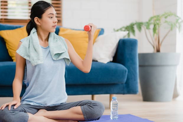 Lakukan olahraga di rumah secara teratur