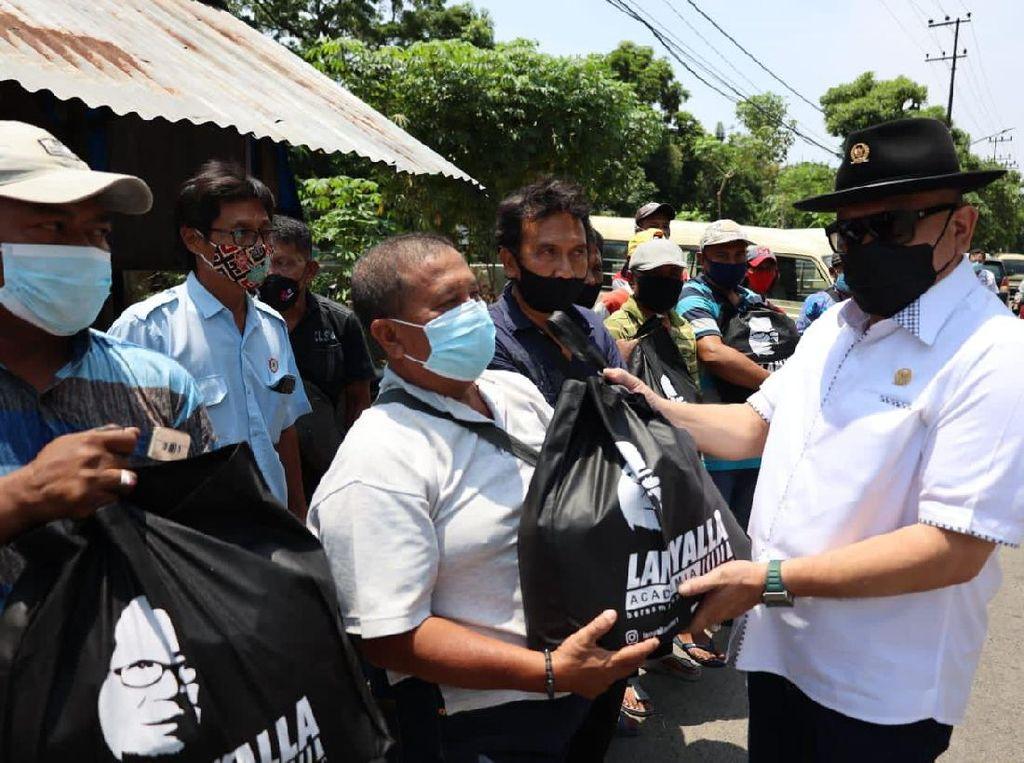 Ketua DPD Bagi-bagi Sembako ke Pemulung dan Tukang Becak di Surabaya