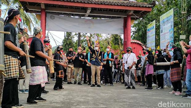 Momen Menteri Sandi, Beri Penghargaan ke Desa Wisata Tinalah Kulon Progo Sembari Berpantun