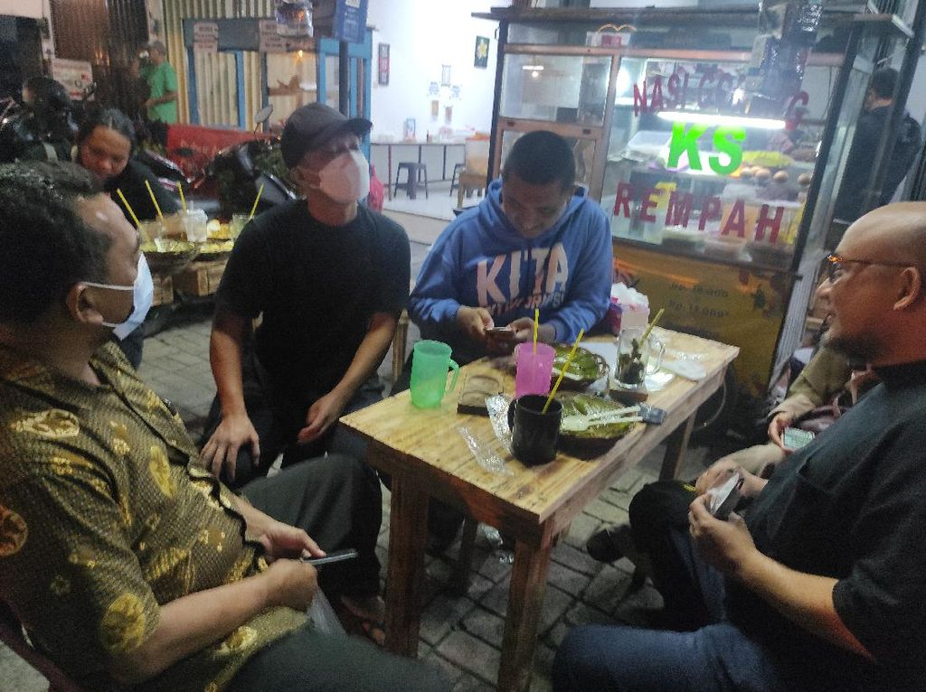 Novel Baswedan dkk Sambangi Warung Nasgor Eks Pegawai KPK yang Dipecat