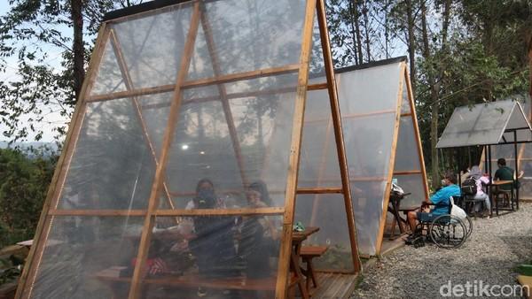 Suasana yang alami begitu menenangkan. Kursi dengan tenda segitiga transparan yang berjejer rapi menadi ikon Ruang Lapang.(Wisma Putra/detikcom)