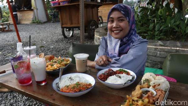 Untuk bersantai, jangan lupa cicipi berbagai menu khas Ruang Lapang. Ada makanan khas Korea, Thailand dan tentu Indonesia, khususnya hidangan khas Sunda. (Wisma Putra/detikcom)