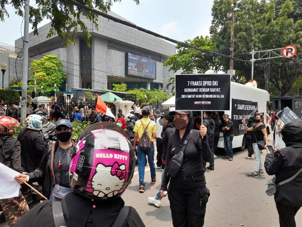 Polisi Bubarkan Massa Aksi Tolak Formula E di DPRD DKI