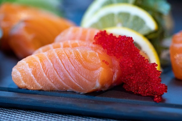 Ikan salmon / foto : pexels.com/ValeriaBoltneva