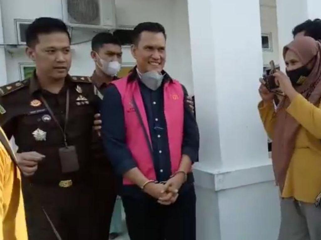 Begini Ekspresi Kadis ESDM Riau Usai Ditetapkan Jadi Tersangka Korupsi