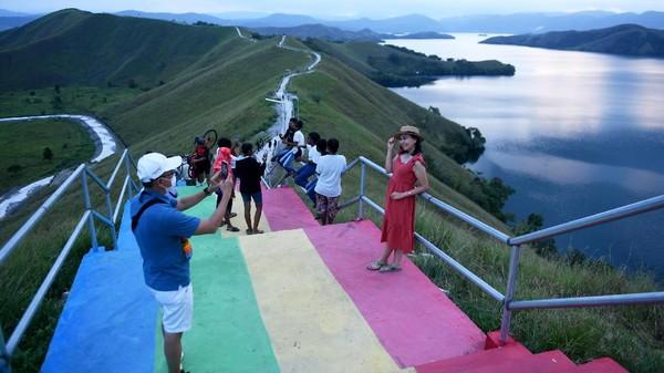 Bukit yang memiliki nama asli Bukit Tungkuwiri tersebut ramai dikunjungi wisatawan di tengah gelaran PON Papua yang kini sedang berlangsung.