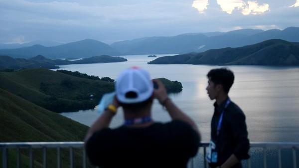 Diketahui, bukit ini menyuguhkan pemandangan keindahan Danau Sentani.
