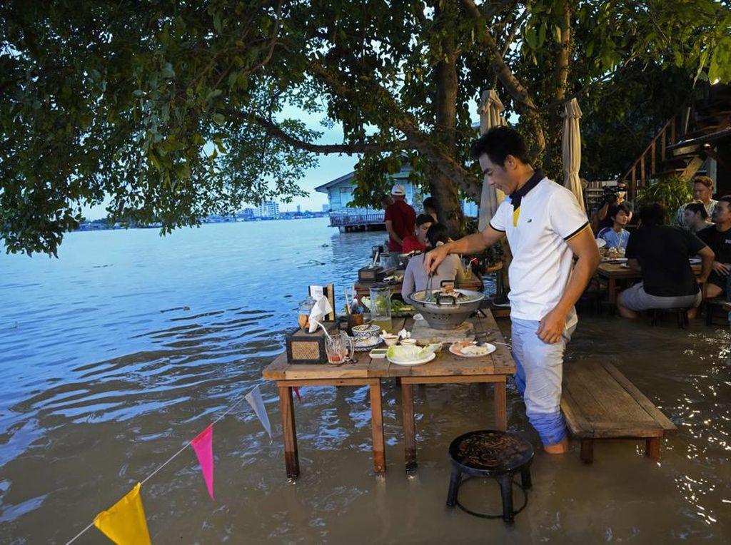 Restoran Terkena Banjir, Tapi Malah Jadi Ramai dan Ngehit, Mau Mampir?