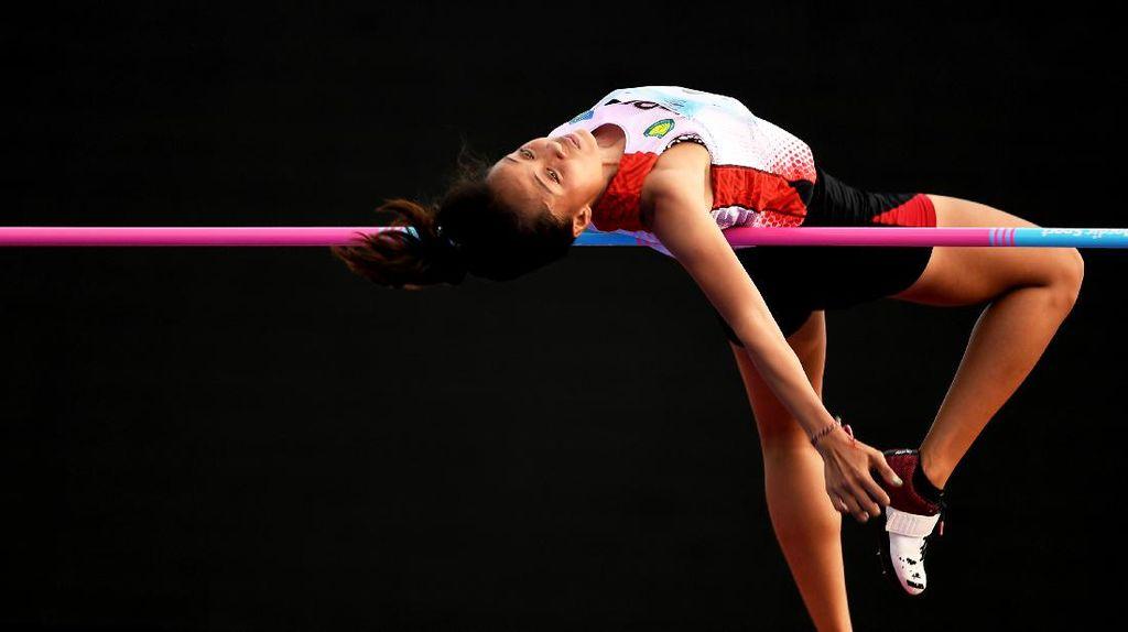 Aksi Atlet Lompat Tinggi Melenting di Atas Galah